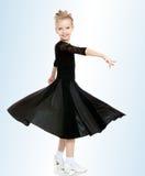 Schöner kleiner Tänzer in einem schwarzen Kleid Lizenzfreie Stockfotografie