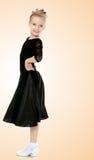 Schöner kleiner Tänzer in einem schwarzen Kleid Lizenzfreie Stockfotos