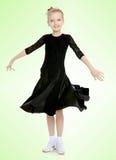 Schöner kleiner Tänzer in einem schwarzen Kleid Stockfotografie