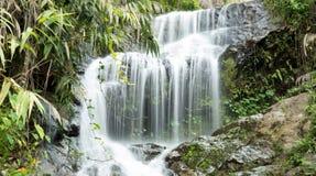 Schöner kleiner Wasserfall Lizenzfreie Stockfotos
