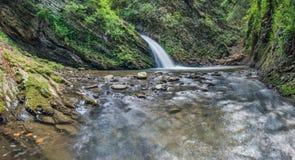 Schöner kleiner Wasserfall lizenzfreies stockbild