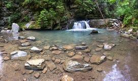 Schöner kleiner Wasserfall stockfoto