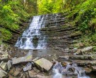 Schöner kleiner Wasserfall stockbilder