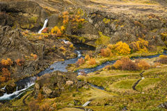 Schöner kleiner Wasserfall mit Fluss Lizenzfreies Stockbild