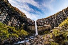 Schöner kleiner Wasserfall mit Fluss Stockfoto