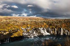 Schöner kleiner Wasserfall mit Fluss Stockbild