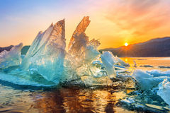 Schöner Klumpen des Eises bei Sonnenaufgang im Winter stockfotos