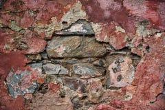 Schöner Kolonialstein stellte die Wand her, die in den roten Tönen mit einer bunten Beschaffenheit gemalt wurde stockfotos