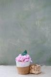 Schöner Korb, der Plastikblumen auf einer Tabelle enthält stockfotografie