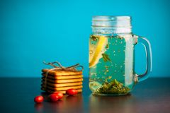 Schöner Kräutertee mit Zitrone an der Glasflasche stockbilder