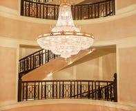 Schöner Kristall- Leuchter in einem roombeautiful Kristall-chandeli Lizenzfreies Stockbild