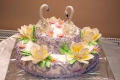 Schöner Kuchen für die Heirat mit Zahlen von Schwänen Lizenzfreie Stockfotos
