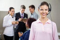 Schöner Kundendienstmitarbeiter Standing Lizenzfreies Stockfoto