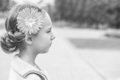 Schöner lächelnder Abschluss des kleinen Mädchens oben Stockbild