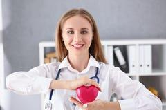 Schöner lächelnder blonder Ärztingriff Lizenzfreies Stockfoto