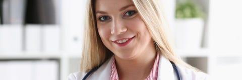 Schöner lächelnder blonder Ärztingriff Lizenzfreies Stockbild