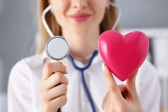 Schöner lächelnder blonder Ärztingriff in den Armen Lizenzfreies Stockfoto