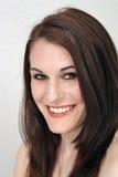 Schöner, lächelnder Brunette Headshot Lizenzfreie Stockfotos