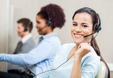 Schöner lächelnder Kundendienstmitarbeiter Stockfoto