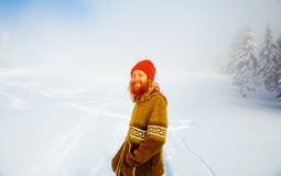 Schöner lächelnder Mann in der Winter-Landschaft Bewirken Sie seitlichen 50mm Nikkor Lizenzfreie Stockfotografie