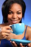 Schöner lächelnder schwarzer trinkender Tee lizenzfreie stockfotos