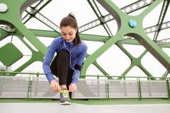 Schöner Läufer in der Stadt, die Spitzee auf Stahlbrücke bindet Lizenzfreies Stockbild