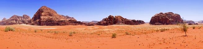 Schöner Landschafts-szenischer Panoramablick-rote Sand-Wüste und alte Sandstein-Gebirgslandschaft in Wadi Rum, Jordanien lizenzfreie stockfotografie