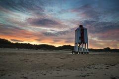 Schöner Landschaftssonnenaufgang-Stelzenleuchtturm auf Strand Lizenzfreie Stockbilder