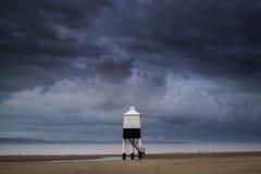 Schöner Landschaftssonnenaufgang-Stelzenleuchtturm auf Strand Stockbild