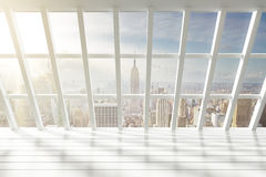 Schöner leerer weißer Dachbodeninnenraum mit Stadtansicht an der Dämmerung Stockfotografie