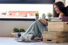 Schöner Leser eBook Lesung der jungen Frau zu Hause stockfoto