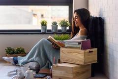 Schöner Leser eBook Lesung der jungen Frau zu Hause stockfotos