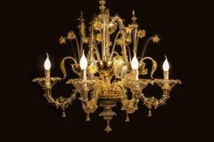 Schöner Leuchter (von Murano Italien) lokalisiert auf schwarzem Hintergrund. Stockfotos