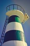 Schöner Leuchtturm mit hellem Sonnenschein auf die Oberseite auf Himmel Stockfotografie