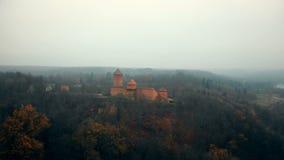 Schöner Luftschuß des mysteriösen alten Turaida-Schlossmuseums der Nationalpark-Reserve Sigulda im nebeligen Wald Lettland stock video footage