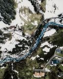 Sch?ner Luftschu? einer kleinen Vorstadtstadt in den schneebedeckten Bergen lizenzfreies stockfoto