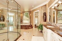 Schöner Luxusmarmorbadezimmerinnenraum in der beige Farbe lizenzfreie stockbilder