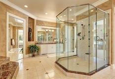 Schöner Luxusmarmorbadezimmerinnenraum in der beige Farbe Stockbilder
