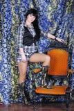 schöner Mädchen Brunette im Sessel Lizenzfreies Stockbild