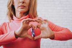 Schöner Mädchen-Seufzer für Leute die Krankheits-Krebs stockbilder