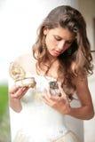 Schöner Mädchenblick auf das Geschenk Lizenzfreie Stockfotos