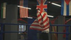 Schöner Mädchenboxer mit einer amerikanischen Flagge in ihren Händen stock video