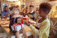 Schöner Mädchenfeierfeiertag und Geben des Weihnachtsgeschenks stockfoto