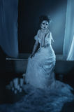 Schöner Mädchengeist des vollen Körpers, Hexe, Braut, die auf einem vintag sitzt Stockfotografie