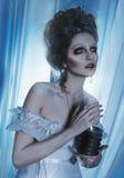 Schöner Mädchengeist, Hexe, tote Braut in einem weißen Kleid mit Weinlesefrisur Schönes Tanzen der jungen Frau der Paare Stockbild