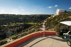 Schöner Mädchengolfspieler im Golfclub Stockfoto