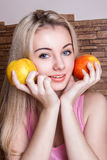 Schöner Mädchenholdingapfel Lizenzfreies Stockbild