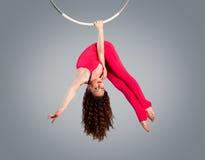 Schöner Mädchenplastikturner auf akrobatischem Zirkusring in der fleischfarben Klage Stockfotos