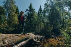Schöner Mädchenstand auf Klotz und Kühlen nach Reise Frauenreisender im Sommer gibt Holzbrücke im Hintergrund von weiter stockfotos