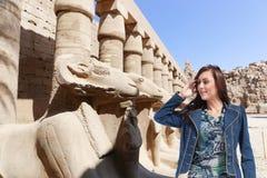 Schöner Mädchentourist bei Ägypten stockfoto